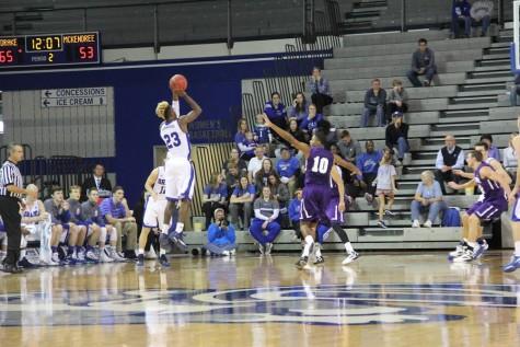 Arogundade plays basketball at Drake